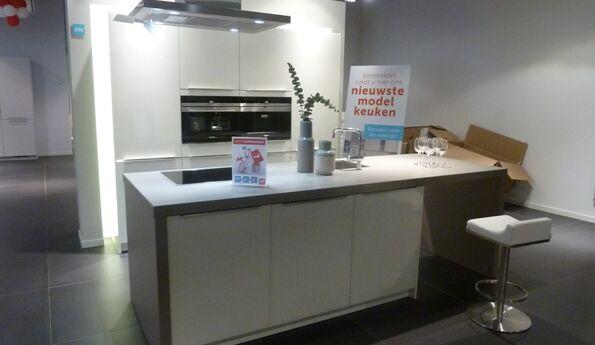 Showroomkeuken Designglas wit CVT keukens Tilburg