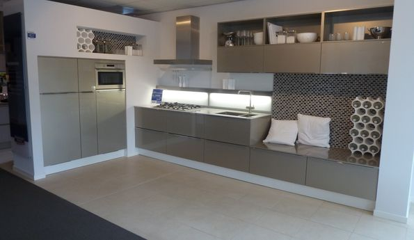 Showroomkeuken Cubanit glanzend CVT keukens Tilburg