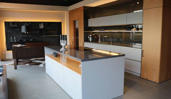 Showroomkeuken Flanelgrijs / Natural walnut / Grafietgrijs CVT keukens Breda