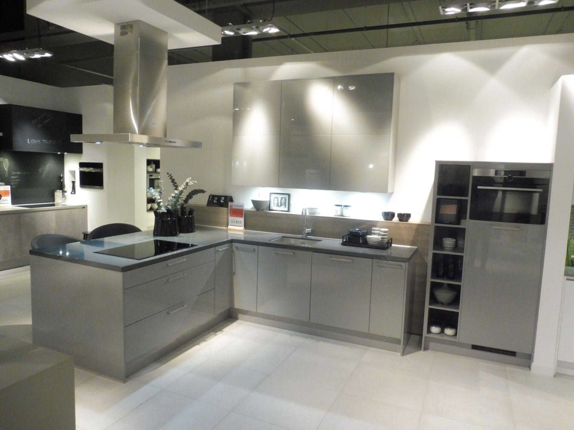 Showroomkeuken Parelgrijs hoogglans CVT keukens Breda